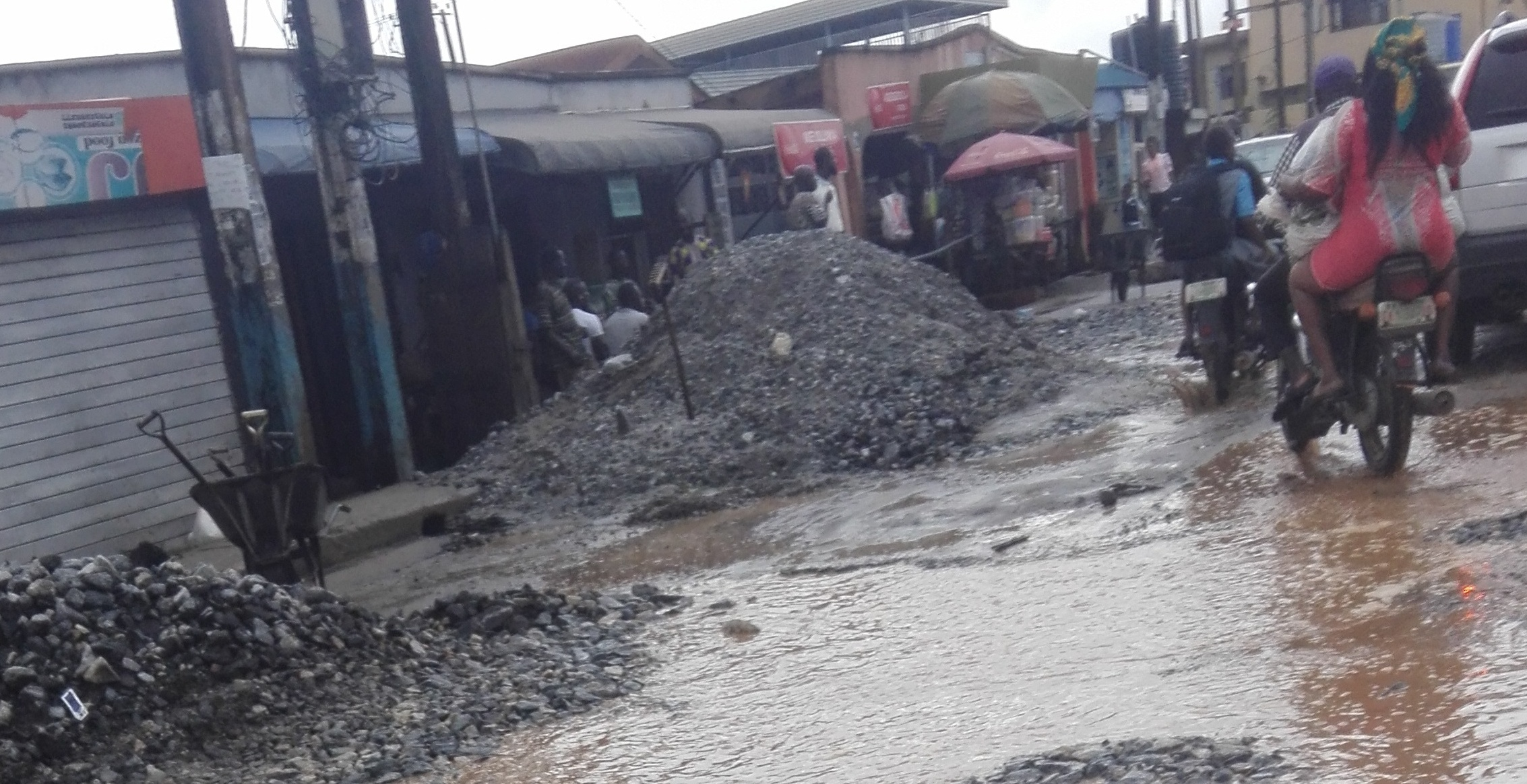 Road rehabilitation work carried out in the rain