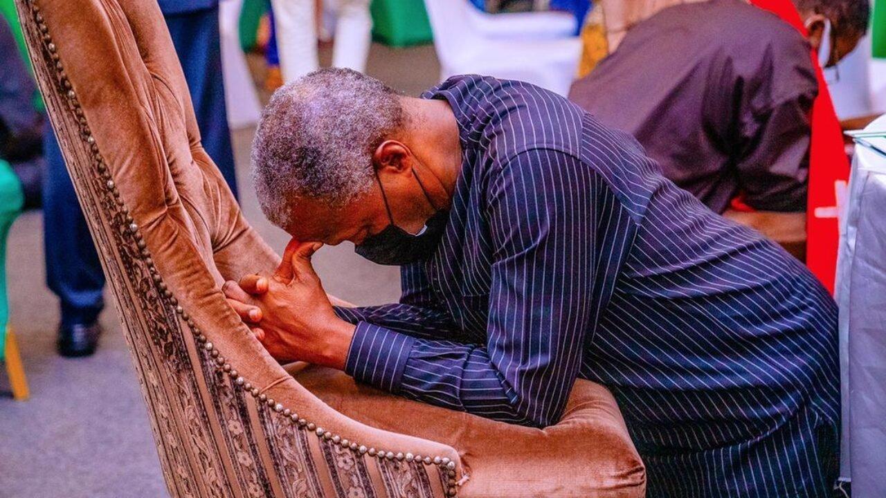 vice president Osinbajo praying